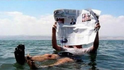 死海淹不死人,为何没人敢在死海里游泳?导游:下去待一会就知道!