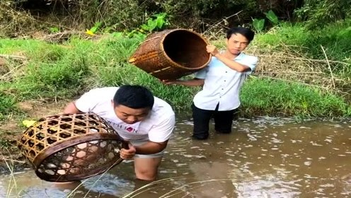 小时候,这种东西都是用来装粮食的,如今却成了农民的捕鱼工具!