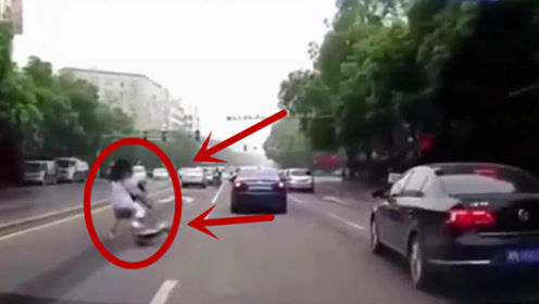 女子骑电车,突然疯狂摇摆,监控拍下尴尬瞬间