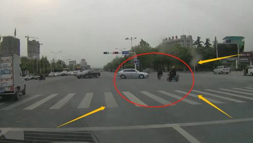 电动车男子嚣张闯红灯,下一秒让他后悔都来不及,网友:摆明送死