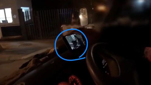 高速路上边开车边看电视被查处 司机:看电视不打瞌睡