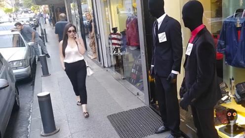 女孩路过服装店,突然发现假人不对劲,结果吓的扭头就跑