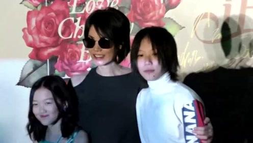 王菲亲密搂女儿出行一路灿笑 李嫣身高直追妈妈