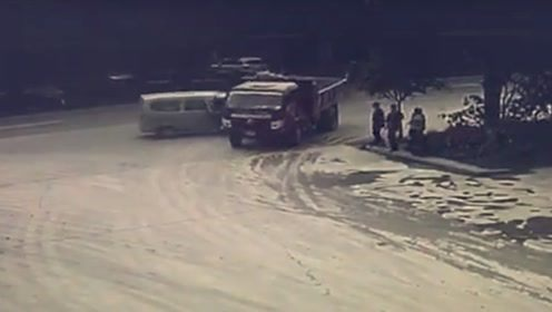 不仔细观察路况!T型路口两车相撞监控拍下事发瞬间