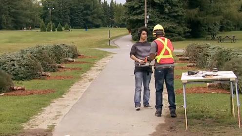 帮伐木工送电锯给他的同伴,谁知一回头路边的树全部倒地,路人懵逼了