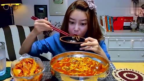 韩国美女吃播泡菜味的刀削面,大口吃的真过瘾啊,真香