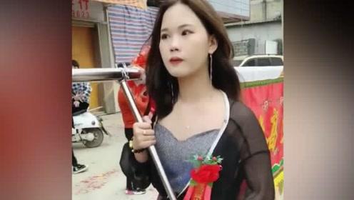 潮汕民俗中的扛旗女,走起路来好霸气,一看就是惹不起的女汉子