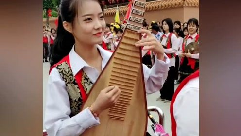 潮汕民俗活动中的美女,下一幕感觉太有气质