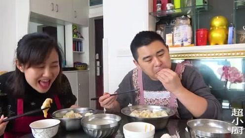 超小厨夫妻俩包饺子,2斤猪肉60个水饺,红油配蒜一口一个
