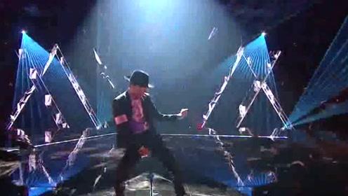 张艺兴连唱《honey》和《boss》 模仿MJ的舞蹈