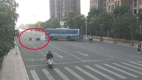 客车违规掉头撞上超速摩托车致25岁骑手身亡 监控拍下恐怖瞬间
