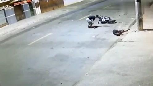摩托车全速撞上电线杆,调取监控后,场面触目惊心