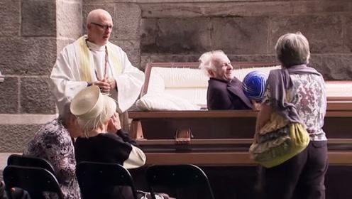 球被熊孩子扔到了棺材里,在捡球时棺材里的老人醒了过来,吓坏了路人