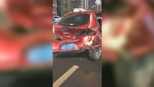 南充一司机醉驾连撞3人1车 伤者倒地不起现场惨烈
