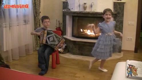 哥哥演奏妹妹伴舞,外国父母拍下这一幕,网友:不知道该羡慕谁