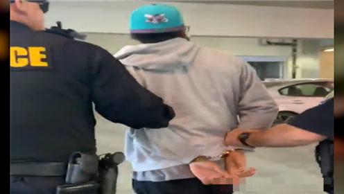 美国黑人在站台吃三明治,被4名警察戴手铐并押走,原因惹争议