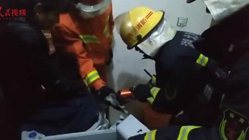 又卡了!熊孩子捉迷藏钻洗衣机出不来 消防员十五分钟破拆营救