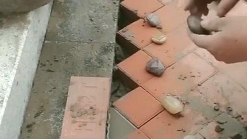 大叔真是有创意,他盖地板时既然在缝隙里放,这么漂亮的石头!