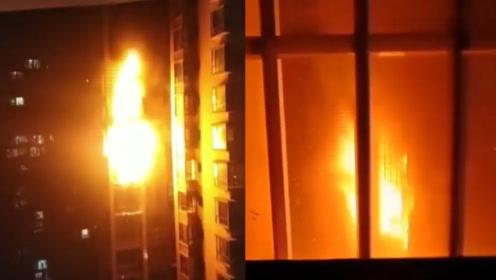 四川遂宁一小区突发火灾,火舌从窗户喷出,现场火势凶猛