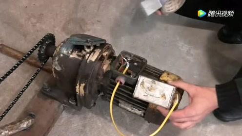 农民把电动机改装成脚蹬发电机,发出的电能带动电视机,太危险了