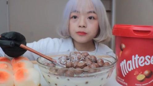 小姐姐吃巧克力蘸牛奶,这是什么神仙吃法?网友:这么吃不怕长胖吗?