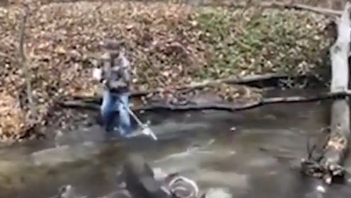 两头鹿的鹿角缠成死结 居民转身找来电锯 惊得鹿慌忙跳下河