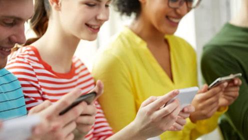 低头玩手机对身体伤害有多大,专家给出科学解释和建议,别不当回事