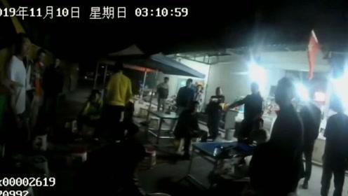 """贼届""""精英""""!云南两男子凌晨上客车盗窃 不料车上全是警察"""