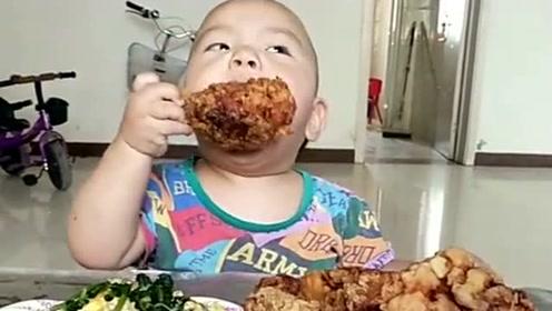 儿子真是个小小的男子汉,又好吃的先给咬一口尝尝,好吃在给姐姐!