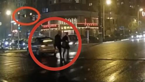 惊险!哈尔滨一出租车闯红灯发生车祸 车身旋转180度与行人擦身而过