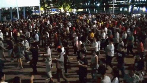 让外国人惊呆的中国广场舞,几十人规模已成最普通,这个阵势才壮观!