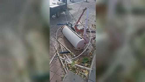 沧州遭大风袭击一楼房太阳能被刮下 网友:好吓人