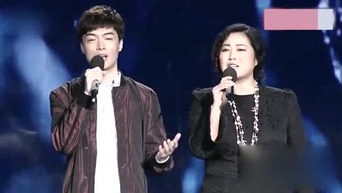 王茜华与儿子合唱《掌声响起来》,温柔感人,唱的太好听了!