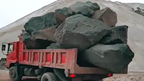 这是我见过最胆大的货车司机,拉这么大的巨石都敢跑,厉害!