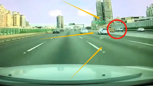 SUV突然发疯,瞬间把撞废小轿车,如果不监控,谁知道司机多绝望?