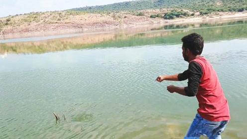 野钓:慢慢收拢长长的绳子,宝贝随即浮出水面,接下来赶紧抓鱼!