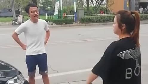 这事故出的像小两口吵架!都笑场了!