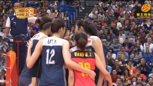 咚的一声,袁心玥直接把球拦到荷兰头上,朱婷搞笑伸出两根手指:第二次了