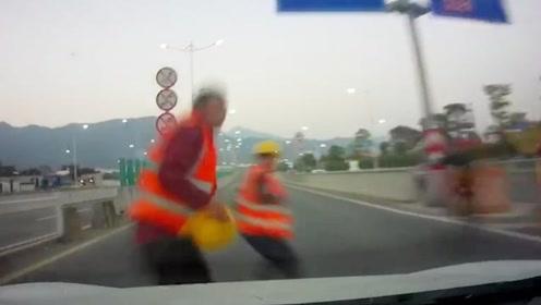 广东肇庆思域撞飞2工人 行车记录仪曝光撞击瞬间 车外哭喊声一片
