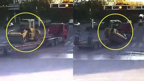 监拍:重型货车超速转弯发生意外 车上压路机瞬间被甩出车外