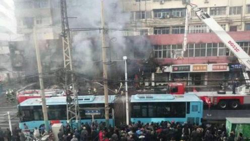 安徽蚌埠一商住楼突发火灾,现场火光冲天,变压器被烧噼啪作响