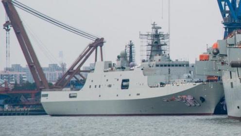 """又一座""""大山""""要服役,它排水量高达25000吨,现正在涂刷舷号"""