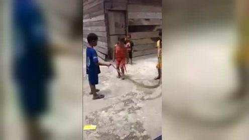 越南一帮孩童把大蛇当成绳子来跳绳 玩的不亦乐乎