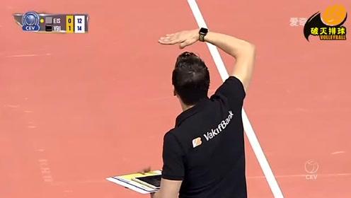"""裁判判朱婷""""过网击球""""?古德蒂万分不解,在场边不断的比划着!"""