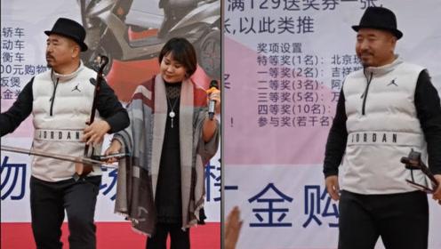 """""""刘能""""携小11岁老婆演出!拉二胡过度投入,妻子尴尬随节奏摇晃"""