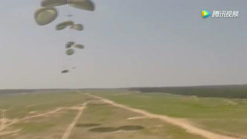 大型运输机在高空中,坦克就这么被扔了下来,场面让人终身难忘
