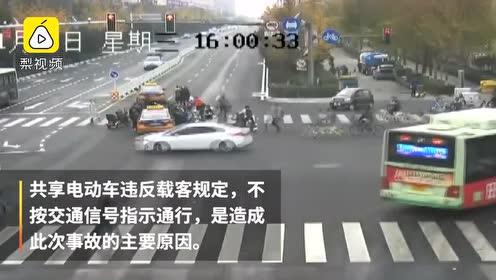 2人骑车闯灯被撞卷车底,20多名市民瞬间围上抬车救人