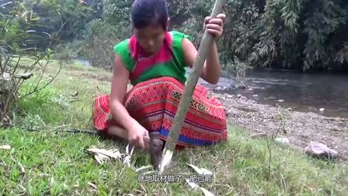 在野外女子饥不择食,连草都吃了,结果味道不好,只能在河里捕鱼了?