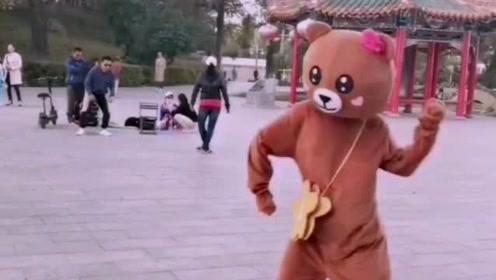网红熊真是太有才了,不仅能发传单,跳舞也是非常的厉害
