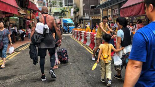 当肌肉巨兽走到公共场合!路人纷纷驻足侧目,仿佛看到了怪物!